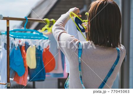 洗濯をする子育てママ 77045063