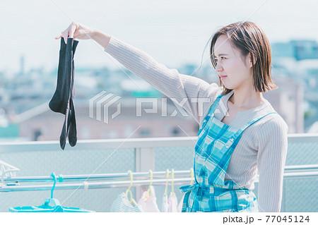 洗濯物の靴下の匂い 77045124