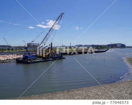 大田区多摩川河口の護岸工事の様子 77046573