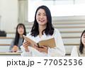 発表する学生 77052536