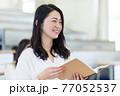 発表する学生 77052537