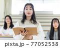 発表する学生 77052538