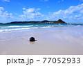 夏の角島 青い海と浜辺に打ち上げられたブイ 77052933