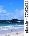 夏の角島 青い海と浜辺に打ち上げられたブイ 77052934