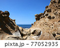 石見畳ヶ浦 浸食された岩と青い海 77052935