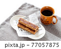 栄養補助食品のエネルギーバーとコーヒー 77057875