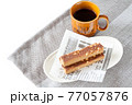 栄養補助食品のエネルギーバーとコーヒー 77057876