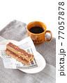 栄養補助食品のエネルギーバーとコーヒー 77057878