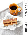 栄養補助食品のエネルギーバーとコーヒー 77057879