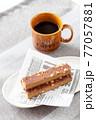 栄養補助食品のエネルギーバーとコーヒー 77057881