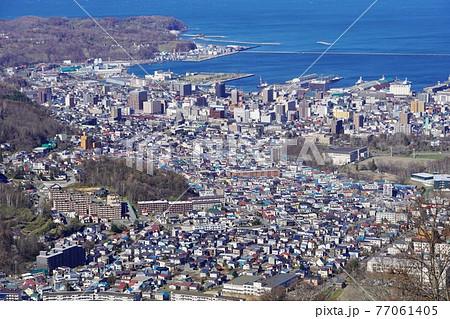 天狗山から見る春の小樽の町並み 77061405