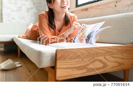 雑誌を読む女性 77065634