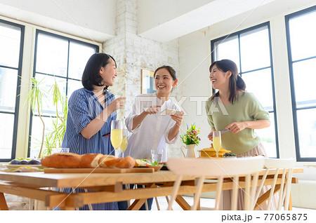 楽しそうなホームパーティー 77065875