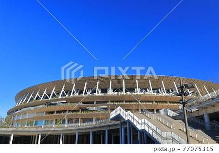 【東京都】晴天下の新国立競技場 77075315