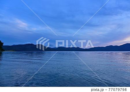 日没後の田沢湖のブルーモーメント情景@秋田 77079798