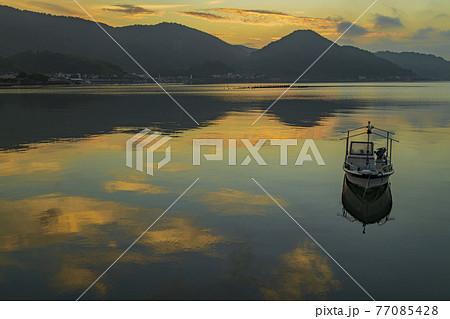 瀬戸内の朝の景色 凪の海に映り込む朝焼け 77085428