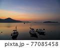 朝凪の瀬戸内の漁港 朝焼けを映す海と浮かぶ漁船 77085458