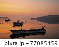 朝凪の瀬戸内の漁港 朝焼けを映す海と浮かぶ漁船 77085459