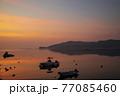 朝凪の瀬戸内の漁港 朝焼けを映す海と浮かぶ漁船 77085460