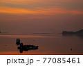 朝凪の瀬戸内の漁港 朝焼けを映す海と浮かぶ漁船 77085461