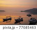 朝凪の瀬戸内の漁港 朝焼けを映す海と浮かぶ漁船 77085463
