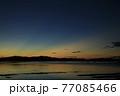 朝焼けの瀬戸内 空に伸びる光芒 77085466