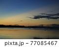 朝焼けの瀬戸内 空に伸びる光芒 77085467