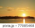 夏の瀬戸内のサンロード伸びる日の出の景色 77085468