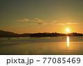 夏の瀬戸内のサンロード伸びる日の出の景色 77085469