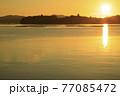 夏の瀬戸内のサンロード伸びる日の出の景色 77085472