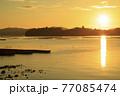 夏の瀬戸内のサンロード伸びる日の出の景色 77085474