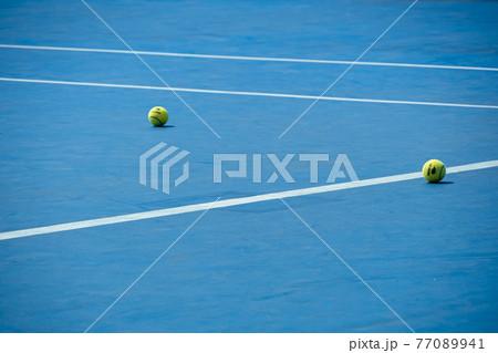 テニスコートとテニスボール 77089941