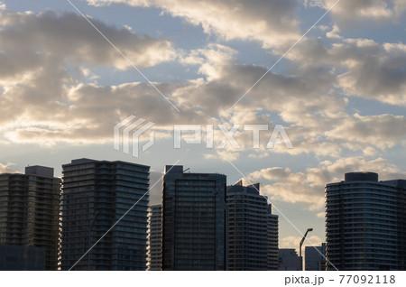 ビル群シルエット、ドラマチックな雲バックグラウンド 77092118