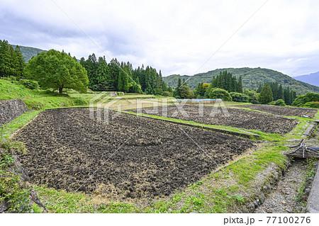 日本の原風景 収穫を終えた青鬼集落 77100276