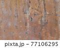 汚れた古い壁面 77106295