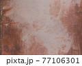 汚れた古い壁面 77106301
