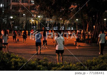 タイの公園でみんなで体操(エクササイズ) 77106441