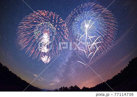 【夏イメージ】満天の星空の下、打ち上がる花火。 77114736