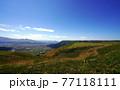 阿蘇の外輪山から見た高原 阿蘇の外輪山と眼下に見える阿蘇市内 77118111