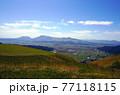 阿蘇の外輪山から見た高原 阿蘇の外輪山と眼下に見える阿蘇市内 77118115