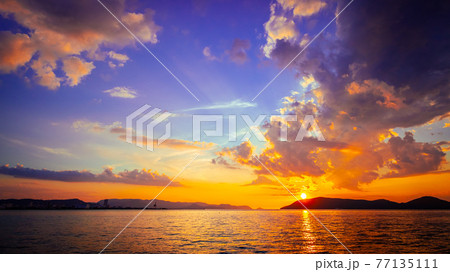 【自然風景】南国の夏の夕暮れの海の様子 77135111