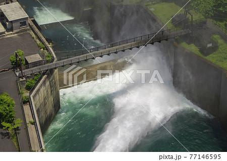 滝沢ダムの放流をアップ/中津川(埼玉県秩父市) 77146595