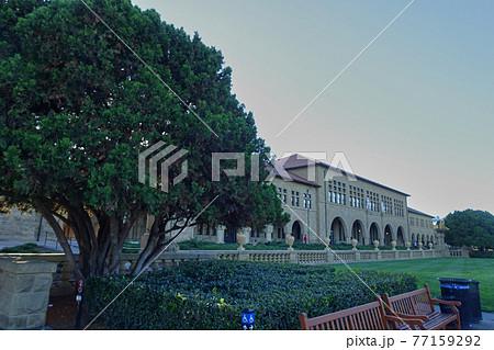 スタンフォード大学のメイン・クワッドをスタンフォードオーバルから見た風景 77159292