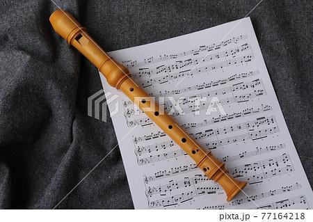 木製リコーダーと楽譜 77164218