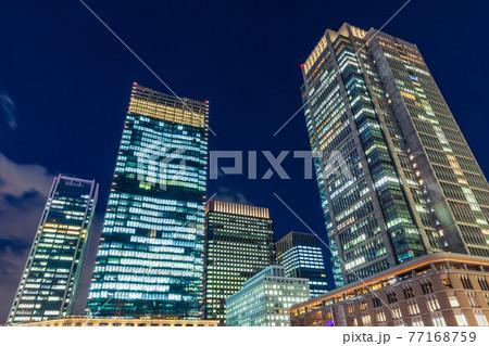 東京駅丸の内口の高層ビル群 都市風景 77168759