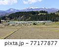 山形新幹線「とれいゆ つばさ」と残雪の吾妻連峰 77177877