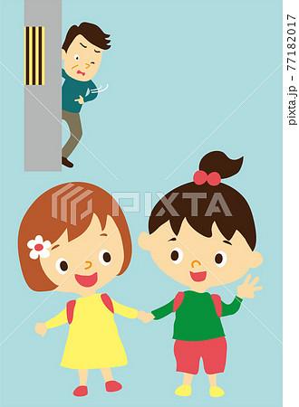 怪しい男と手を繋いで歩く二人の女の子 77182017