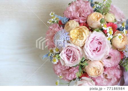 ピンクのバラとトルコキキョウの花束 木目 77186984