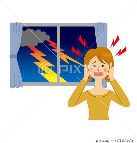 雷を怖がる女性 77187978