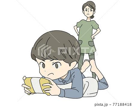 夜遅くまでゲームする子供と母親 77188418